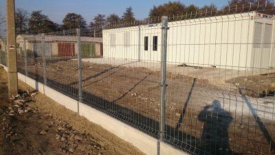 Táblás, alsó beton elemes